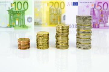 Münzensäulen und Euro-Geldscheine