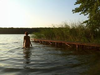 Frauenakt am See
