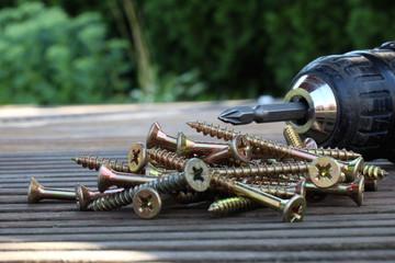 Akkubohrer mit Kreuzschlitzschrauben auf Terasse