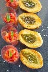 Crostini mit geröstetem Basilikum, Fingerfood Tomaten und Salz