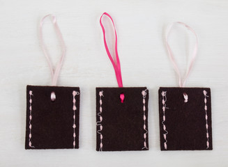brown felt envelopes with pink ribbons