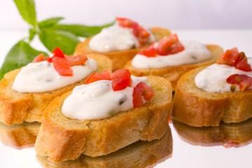 Crostini mit Tzatziki und Tomate