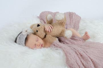 Neugeborenes Mädchen mit Teddy