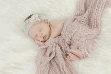 Schlafendes Baby mit Haarband