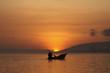 Einboot im Sonnenaufgang