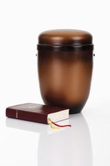 Feuerbestattung Urne und Bibel