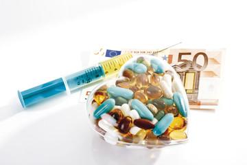 Spritze, Pillen und Euroschein