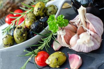 Italienische Vorspeise: Oliven, Tomaten und Kräuter