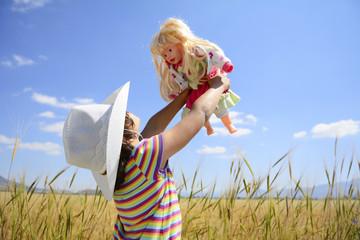 kırlarda oyun oynayan mutlu kız çocuğu