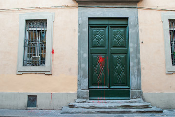 Portone verde ingresso vecchio palazzo signorile, Pisa