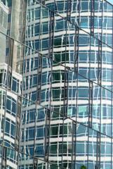 Spiegelung auf der Fassade eines Hochhauses