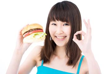 ハンバーガーを食べる女性