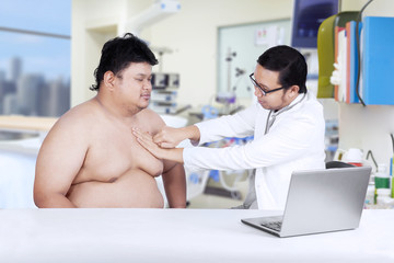 Fat man check up to doctor