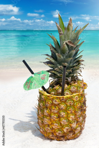 canvas print picture Tropischer Ananas Cocktail am Strand
