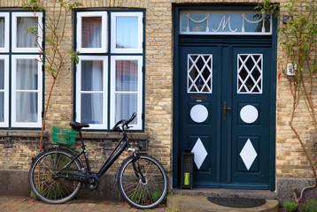Fahrrd und Haustüre