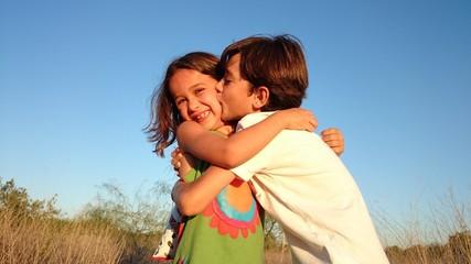 Niño besando niña