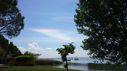 Riflesso iridato nella nuvola sopra il lago