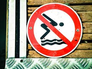 Ins Wasser springen verboten