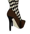 Donna con scarpe e stravaganti calze a rete