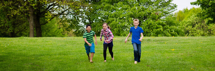 teenager rennen über die wiese