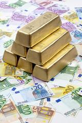 Sechs Goldbarren auf Euroscheinen