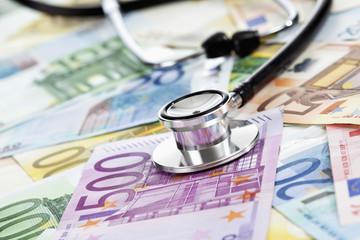 Stethoskop auf gemischten Euroscheinen