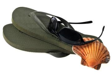 Tongs, lunettes de soleil et coquille saint-jacques