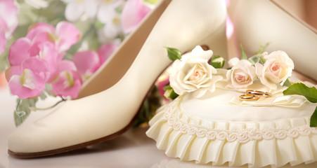 scarpe da sposa con fedi nuziali