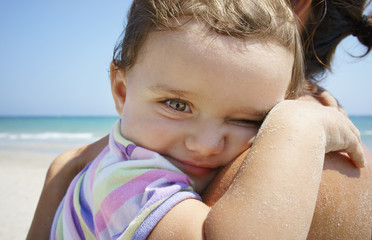 Bimba abbracciata alla mamma
