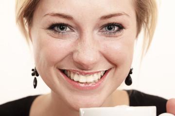 Portrait einer jungen Frau beim Milch trinken
