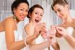 Frauen mit Spaß bei Anprobe  Hochzeitskleid