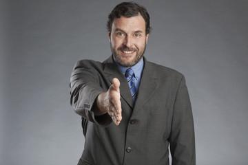 Geschäftsmann streckt Hand aus