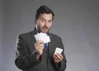 Geschäftsmann schaut Aktenkarten an