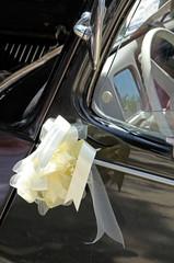 ruban de mariage sur voiture ancienne