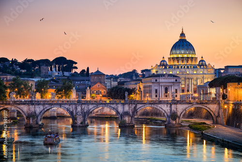 Poster Oude gebouw Night view of the Basilica St Peter in Rome, Italy