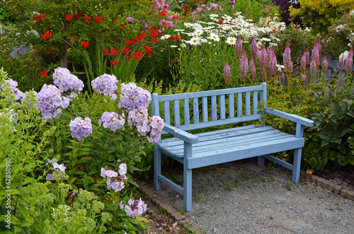 In de dag Hydrangea Blue wooden garden bench