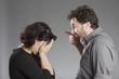 Mann schimpft, Frau weint