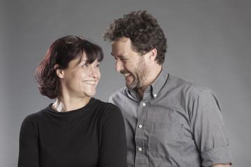 Mann und Frau lächeln sich an
