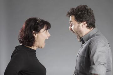 Mann und Frau schreien sich an