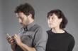 Mann mit Smartphone Frau spioniert