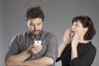 Mann mit Smartphone Frau will Aufmerksamkeit