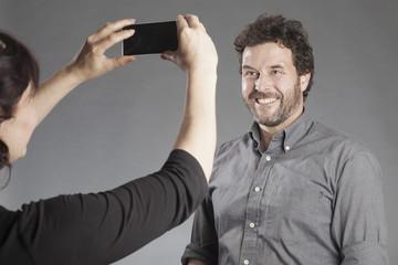 Foto vom Partner mit Smartphone