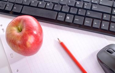 un ordinateur et une pomme