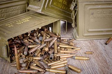 caisse de munitions avec des cartouches vides