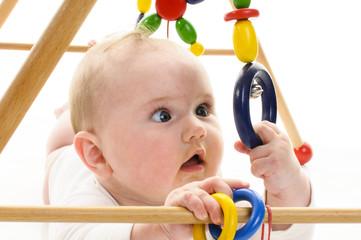 Baby mit Greifspielzeug