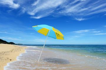伊平屋島の美しい海とビーチパラソル