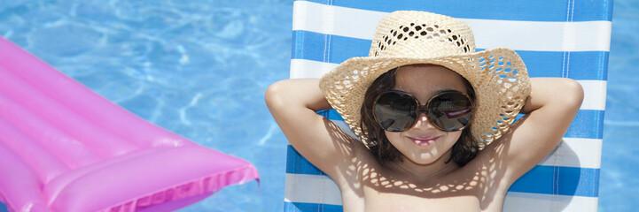 Niña con sombrero de paja relajada