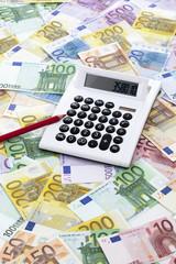 Tischrechner auf gemischten Euroscheinen