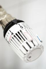 Weißer heizkörper mit Thermostat