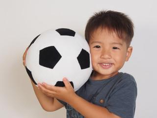 サッカーのボールを持った男の子